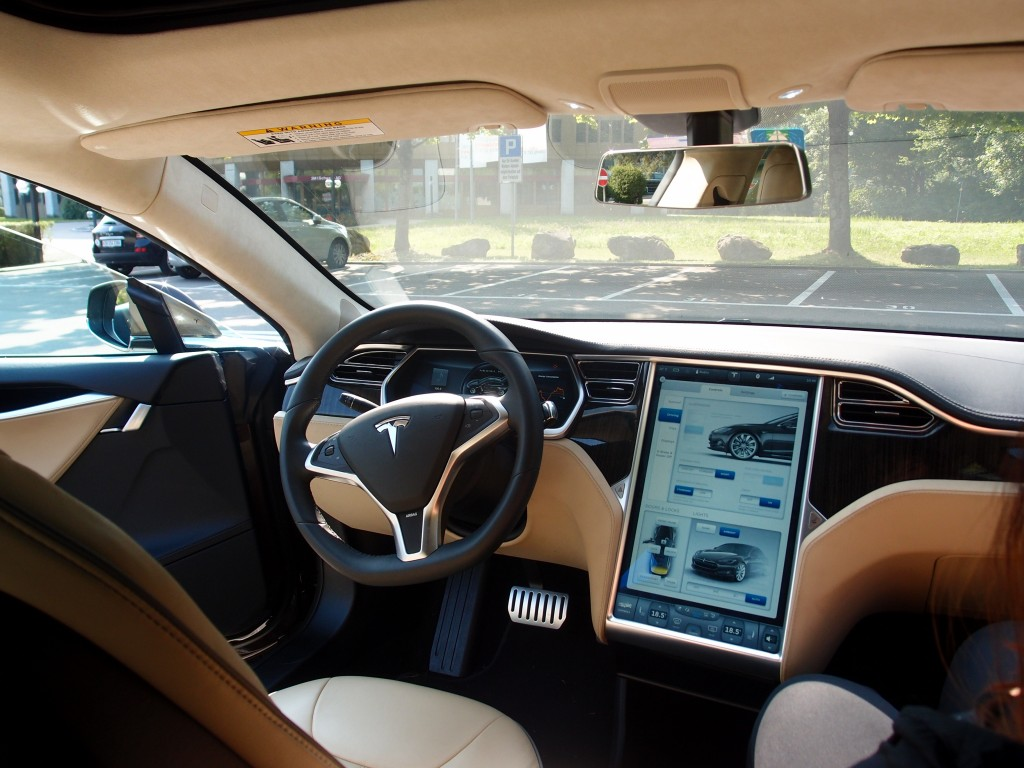 Tesla model s testfahrt mit kick bergfux fashion for Interieur tesla model s